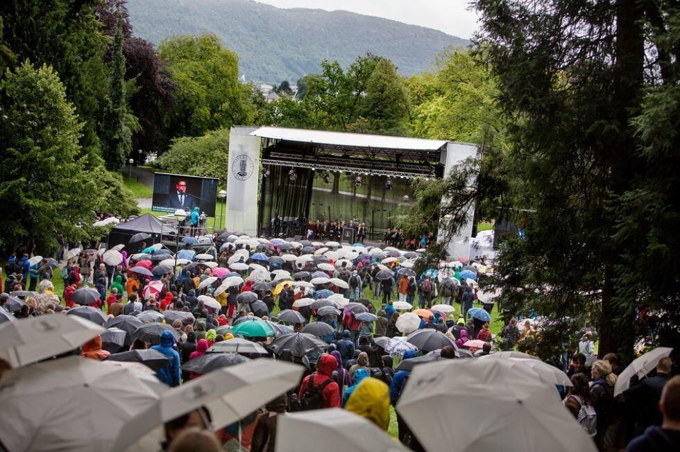 Mennesker med paraplyer