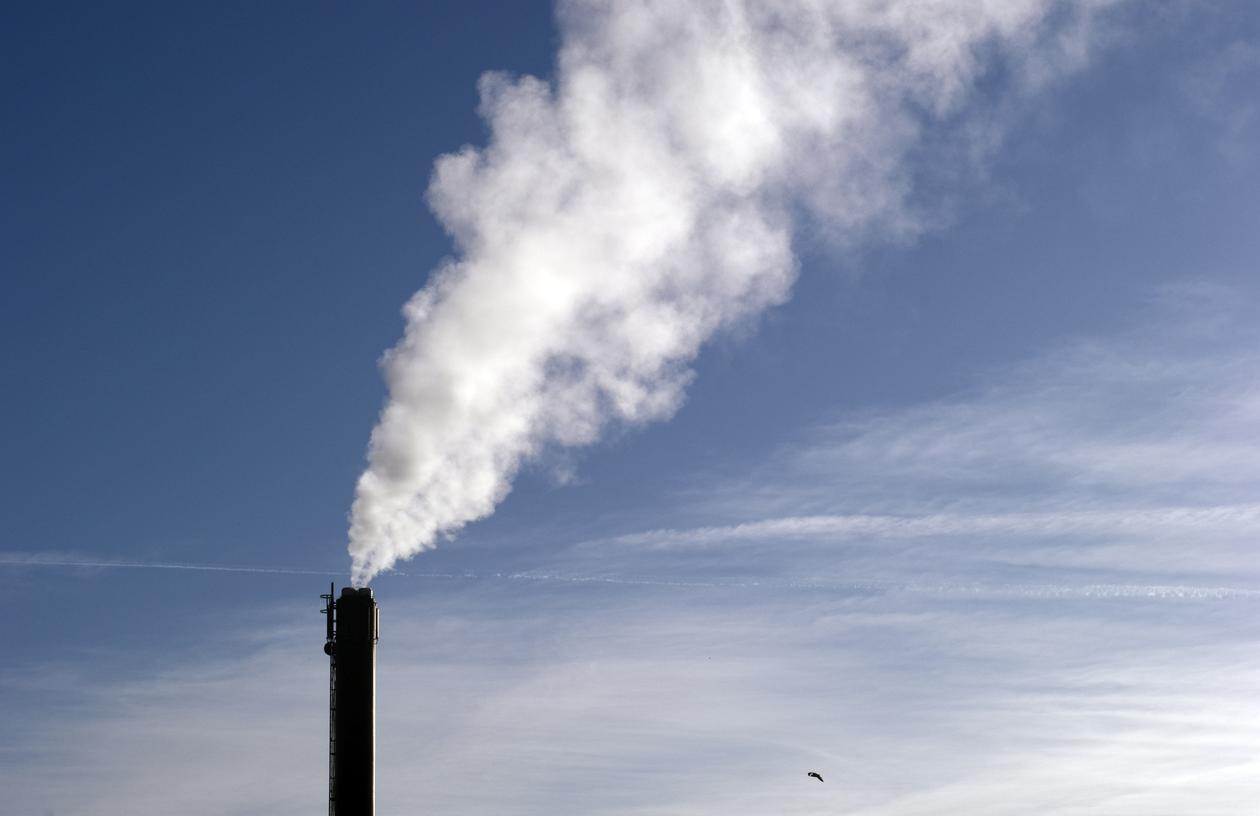 Smoke coming out of factory pipe. Stock photo used to illustrate article about CO2 storage research at the University of Bergen.