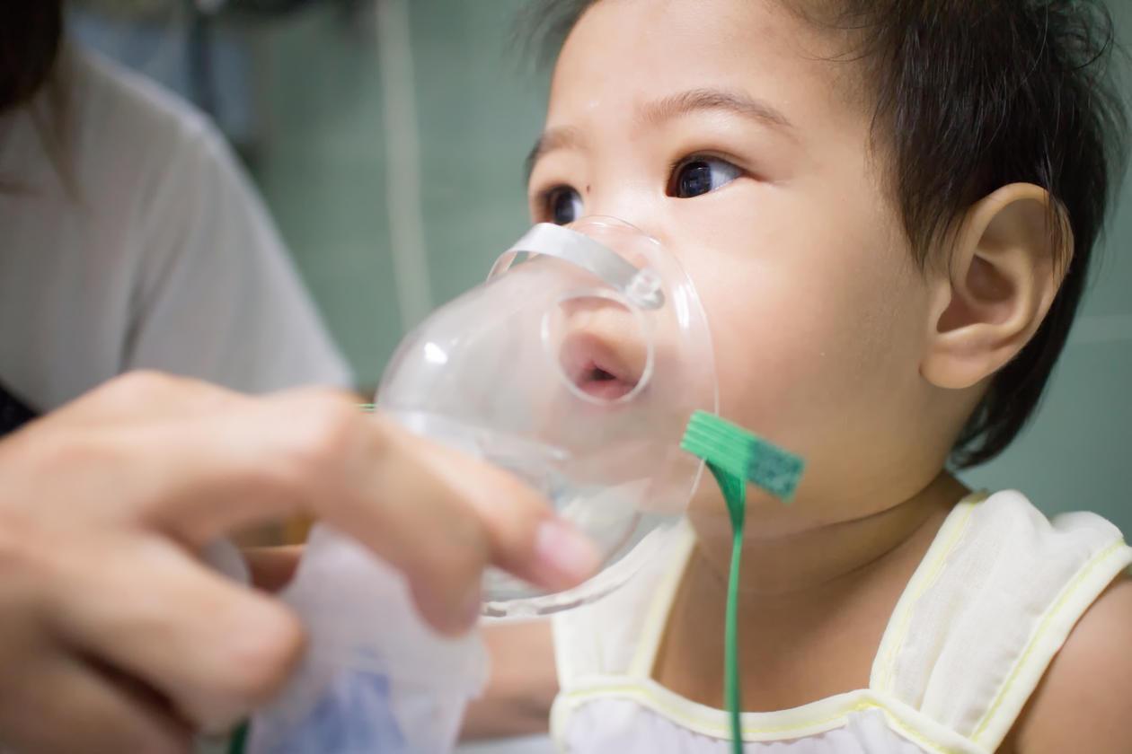 Foto av baby med nebulisator, brukt som illustrasjonsfoto til sak om astma, allergier og infeksjoner.