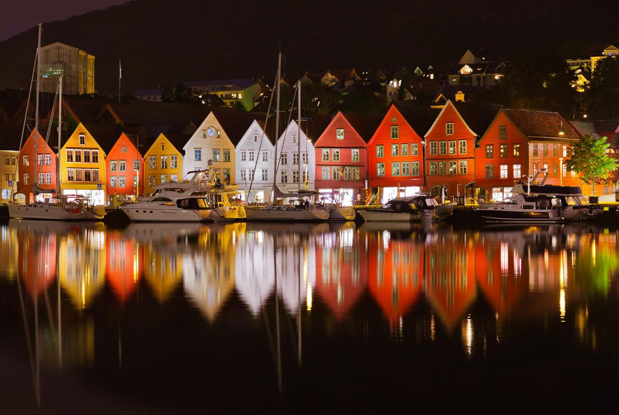 Bryggen i Bergen om natten