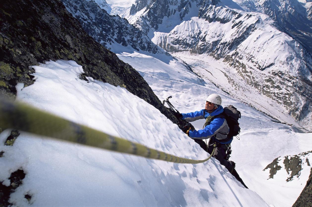bilde av en fjellklatrer i tau