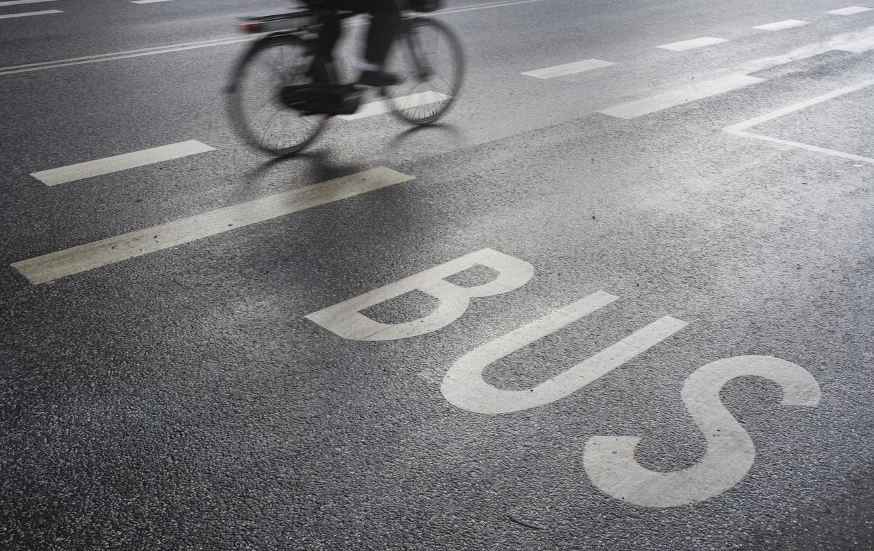 Illustrasjonsbilde, syklist og bussfelt
