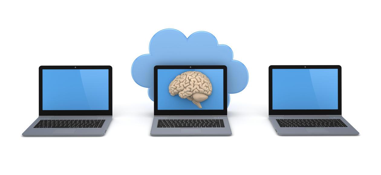 tre laptoper, den midterste har et bilde av en hjerne på skjermen og en sky bak.