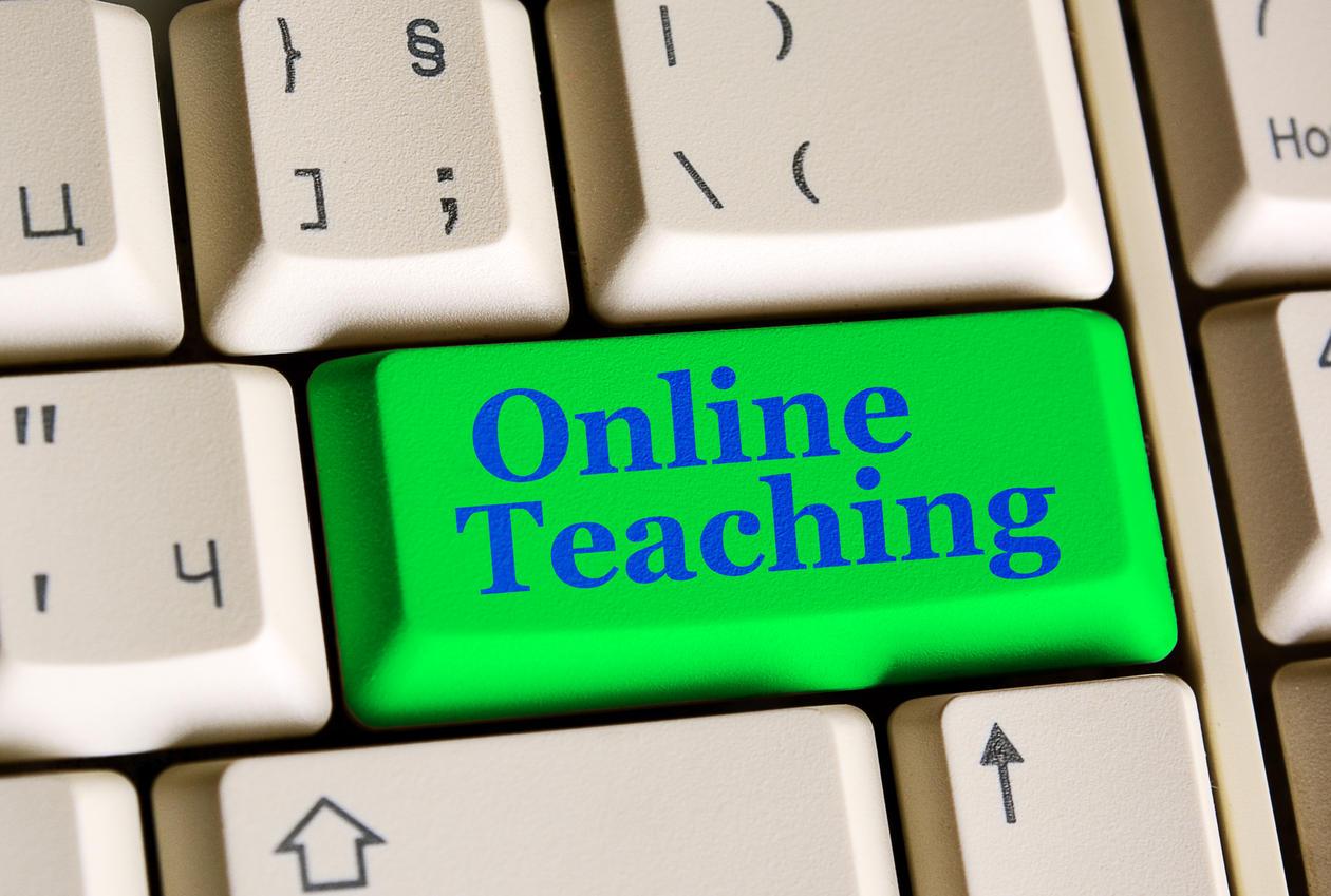 Del av et tastatur med grønn knapp hvor det står online teaching på engelsk