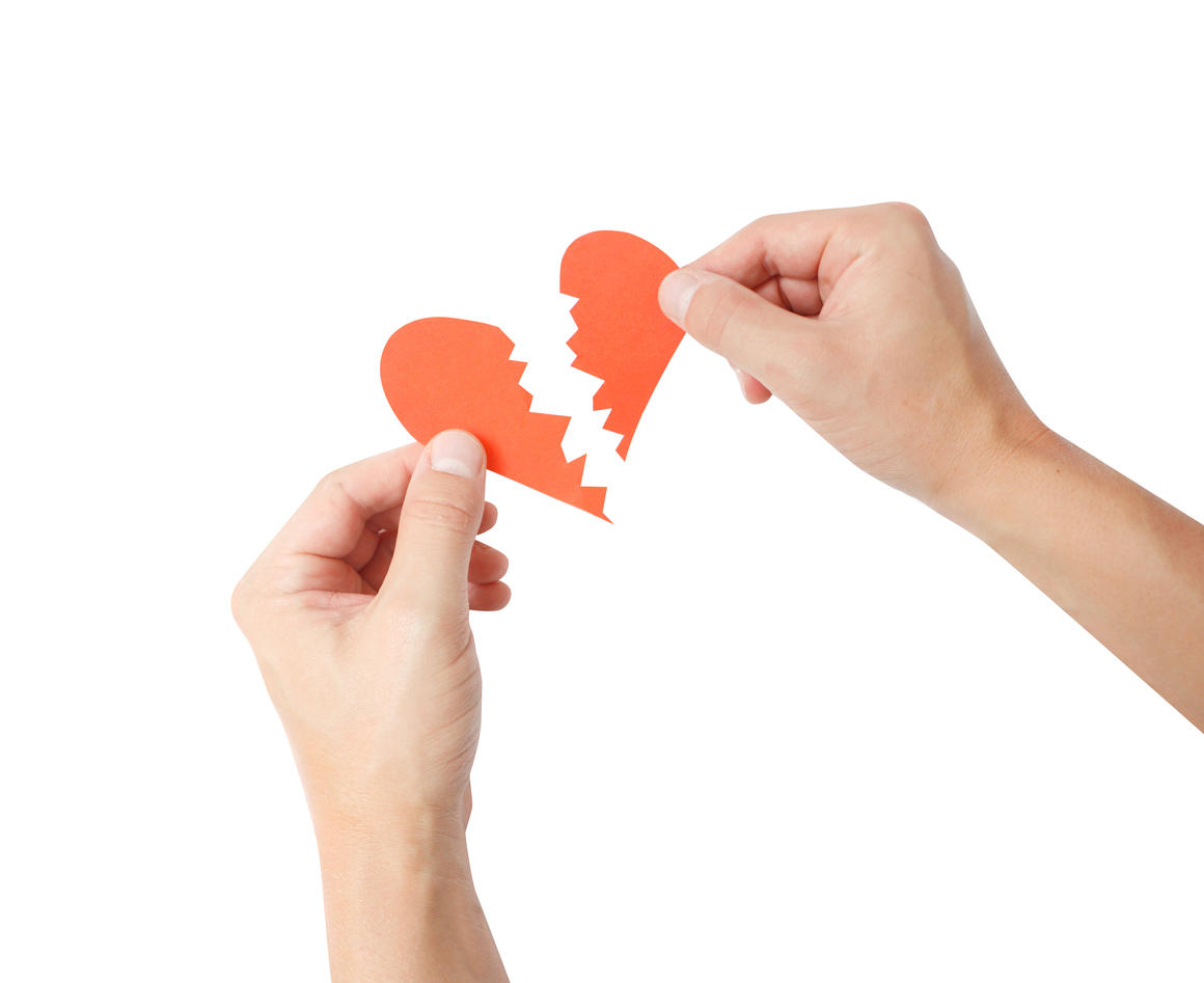 Illustrasjon samlivsproblem, brutt hjerte på hvit bakgrunn