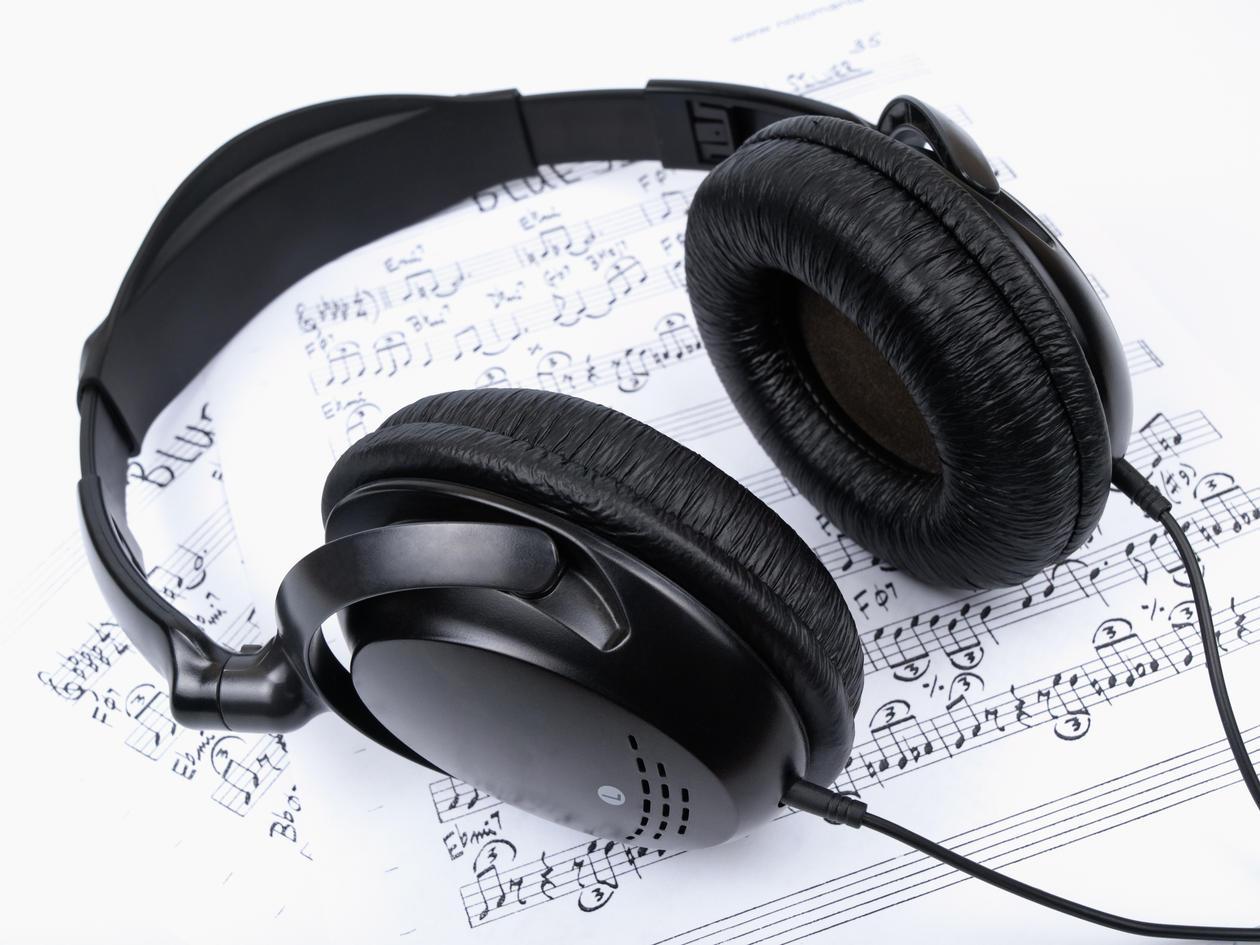 Noteark og hodetelefoner