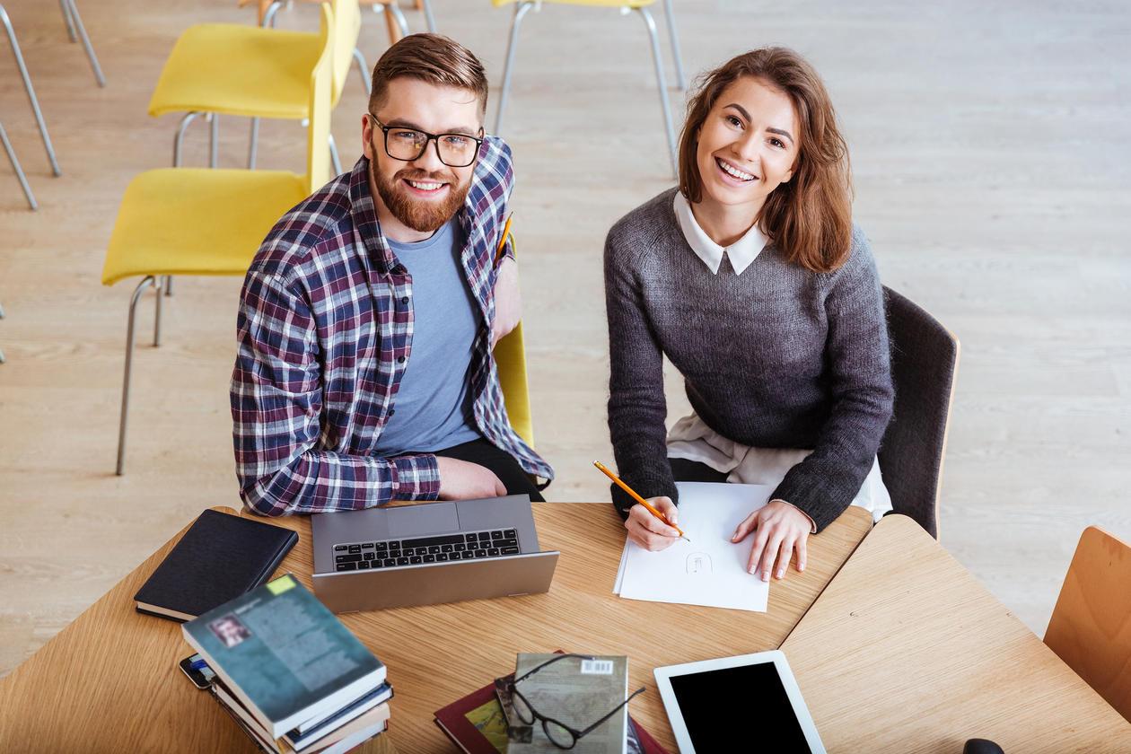 Studenter som studerer