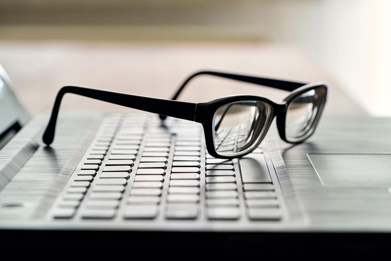 Bildet viser briller på et tastatur