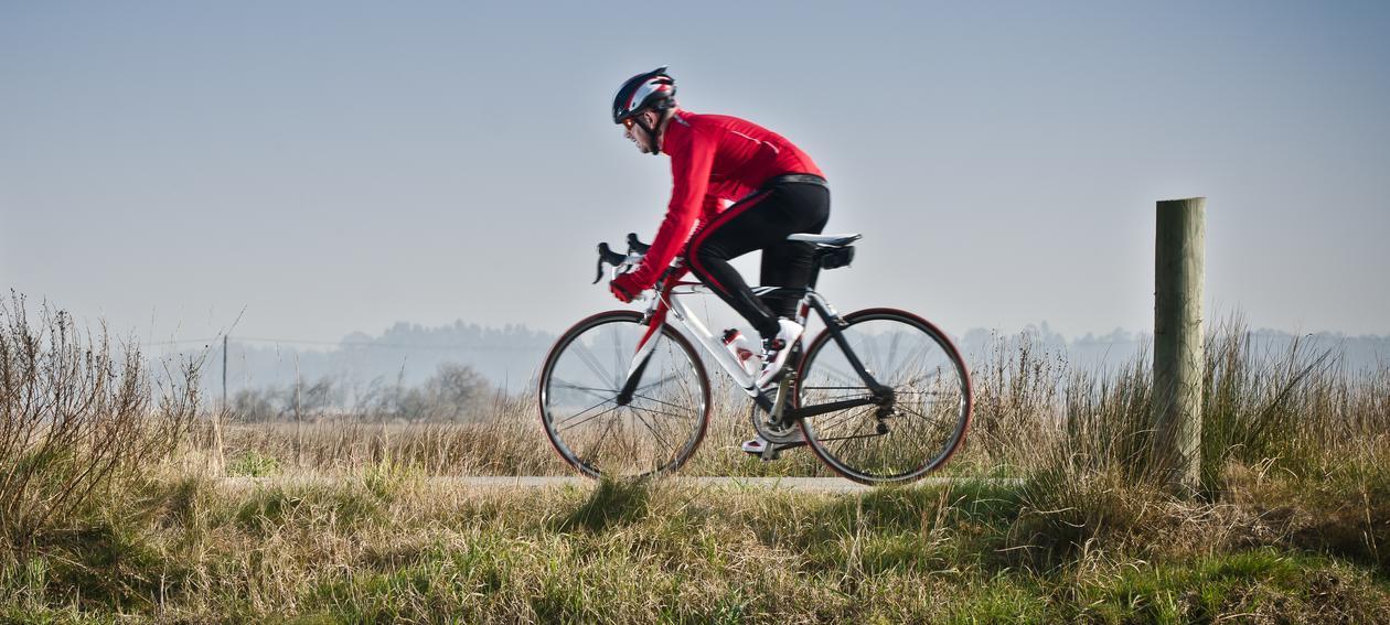 Bildet viser en person som sykler.