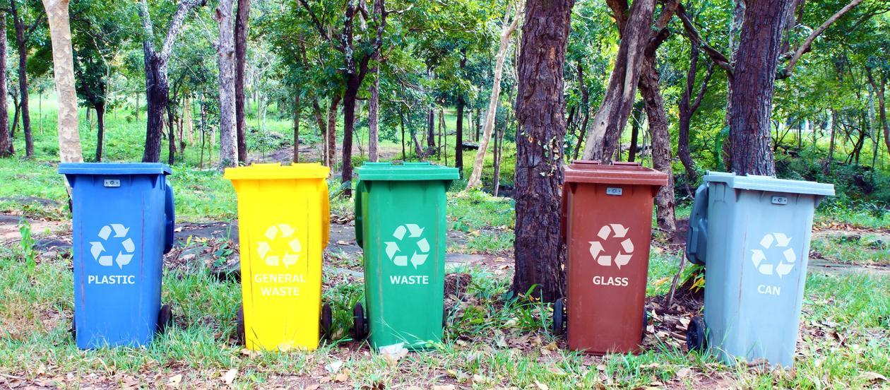 UiB legg til rette for kjeldesortering, gjenvinning og sikker handtering av avfall. Interne rutinar og prosedyrar er utarbeidd for at avfall generert ved UiB i minst mogleg grad skal påverka miljøet, samt bidra til reduserte kostnadar.