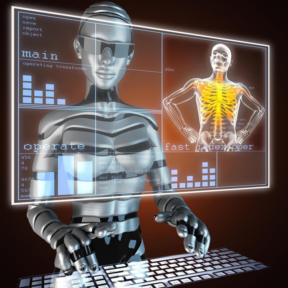 En sølvfarget humanoid robot som skriver på et tastatur, med et digitalt bilde foran seg med tekst, grafer og et menneskeskjelett der ribbeina er markert i gult