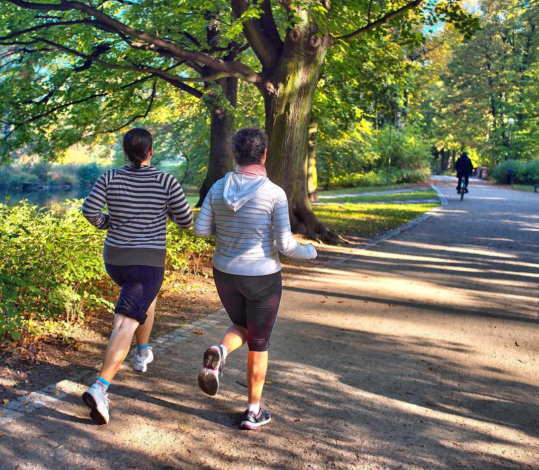 Bildet viser damer som jogger i parken