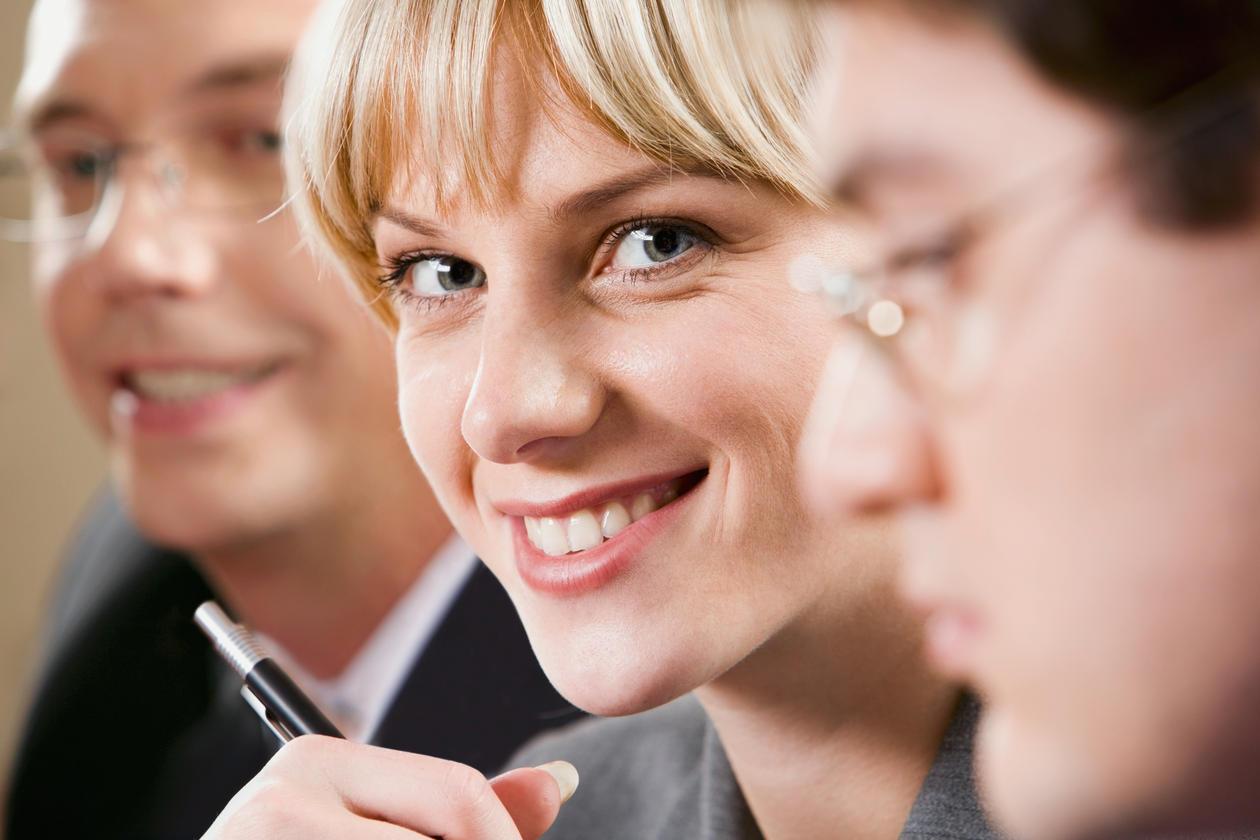 Bildet viser tre personer.