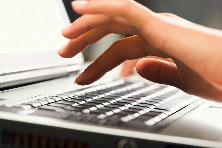 Bildet viser hand på tastatur