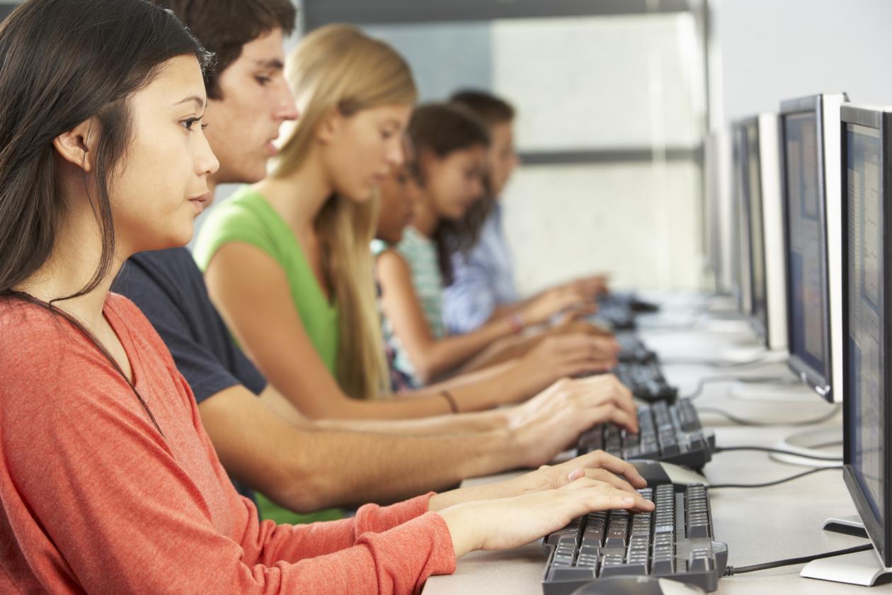 Studenter foran datamaskiner