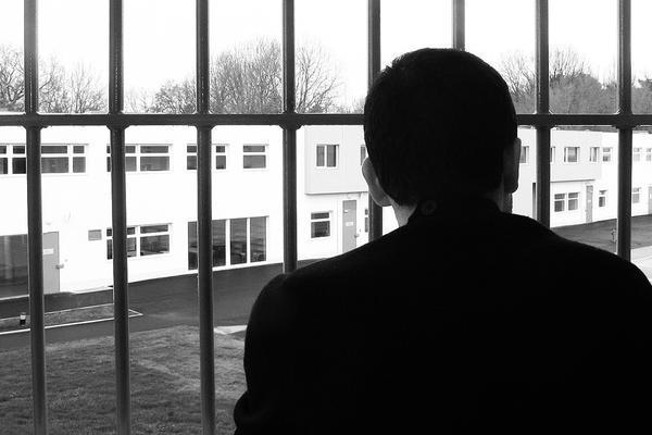 Mann ser ut av fengsel