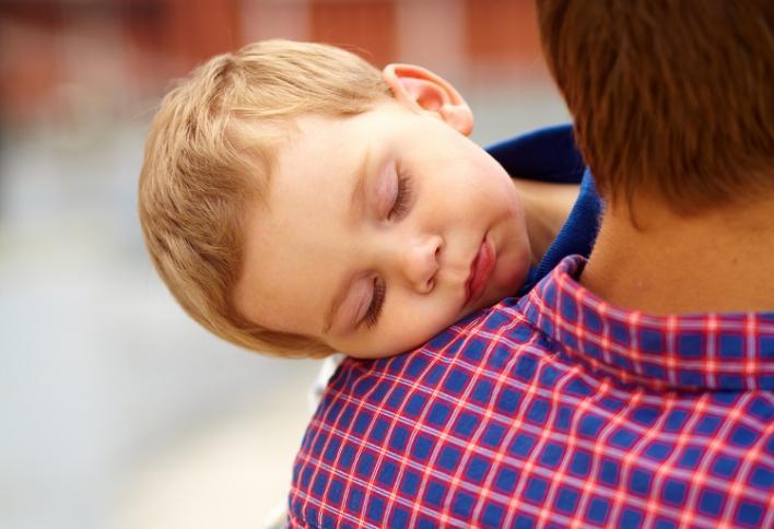 En far som bærer sønn