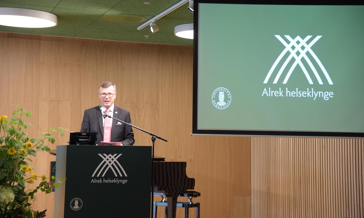 Dag Rune Olsen åpner Alrek-overrekkelse.
