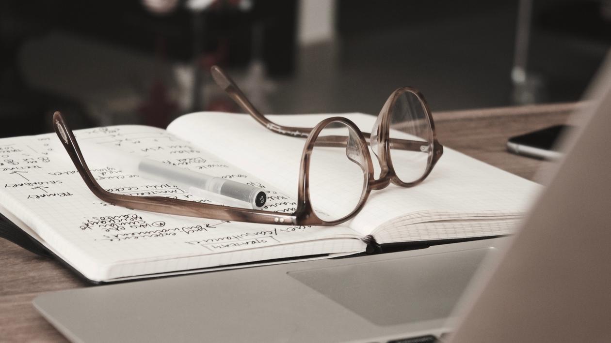 Briller på en notatbok