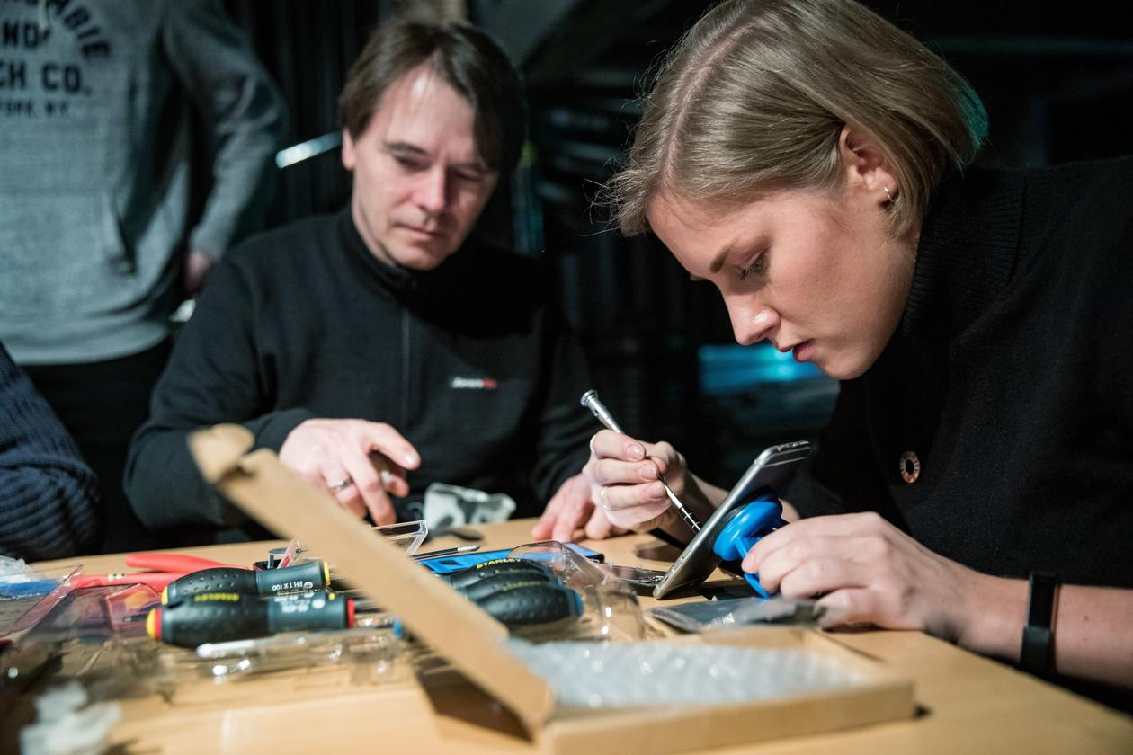 Student Anja Myrtveit repairing her mobile phone at a workshop on Day Zero during the 2019 SDG Conference Bergen.