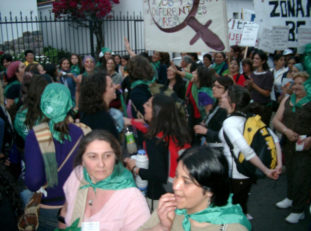 """Argentinske kvinner demonstrerer under parolen: """"Prevensjonsmidler for å ikke abortere, lovlig abort for å ikke dø""""."""