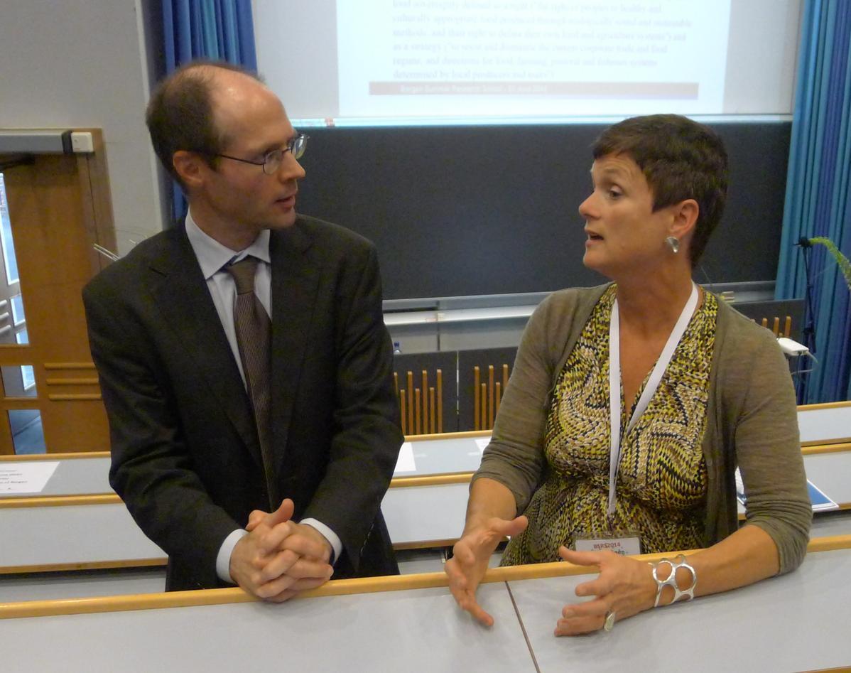 Professor og FN-rapportør Olivier De Schutter i livlig diskusjon med professor Siri Gloppen fra UiBs Institutt for sammenliknende politikk under åpningen av Bergen Summer Research School 2014.