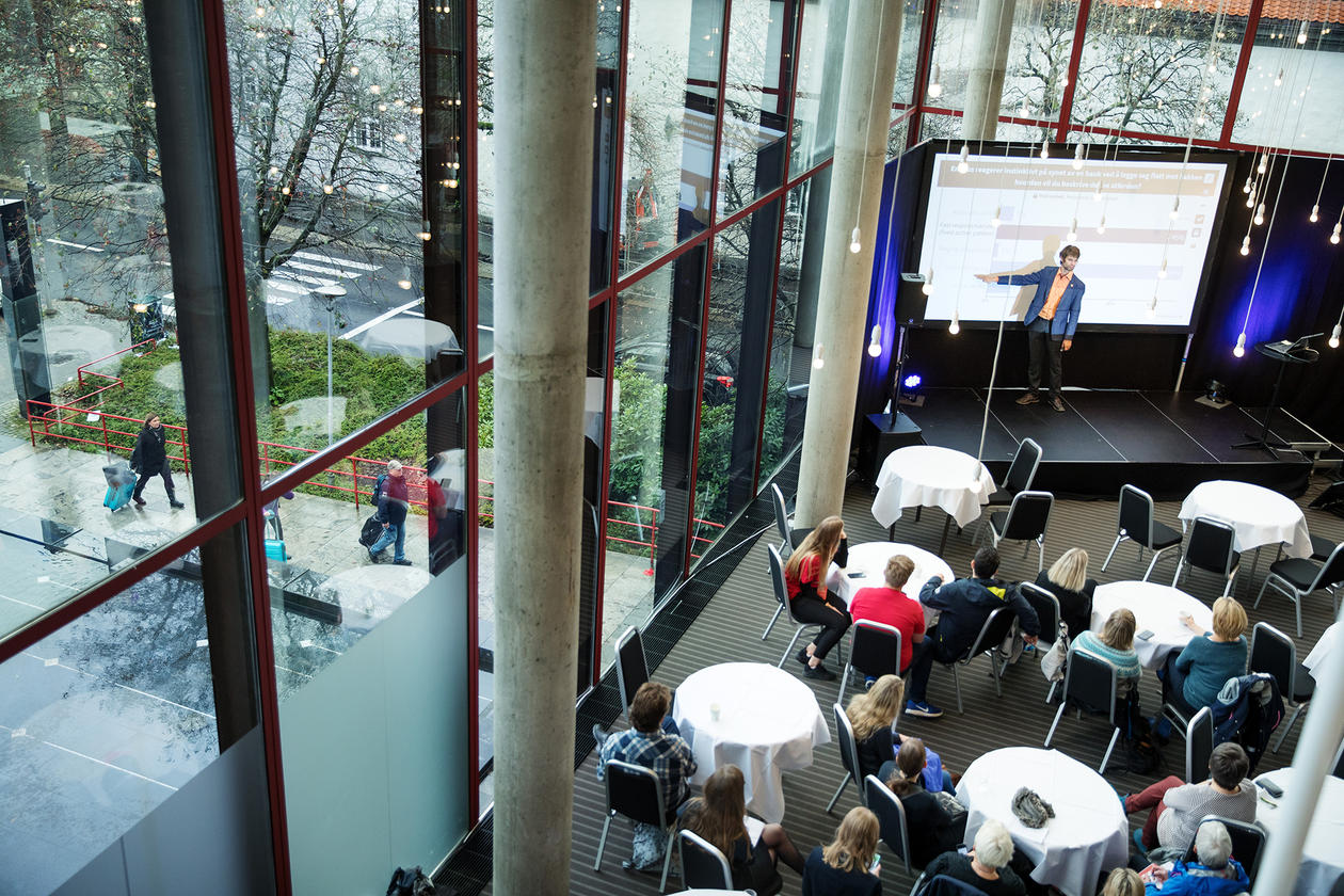 Blant foredragshaldarane var Christian Jørgensen ved BioCEED, som snakka om å bruke mobiltelefonen i klasseromssituasjonar.