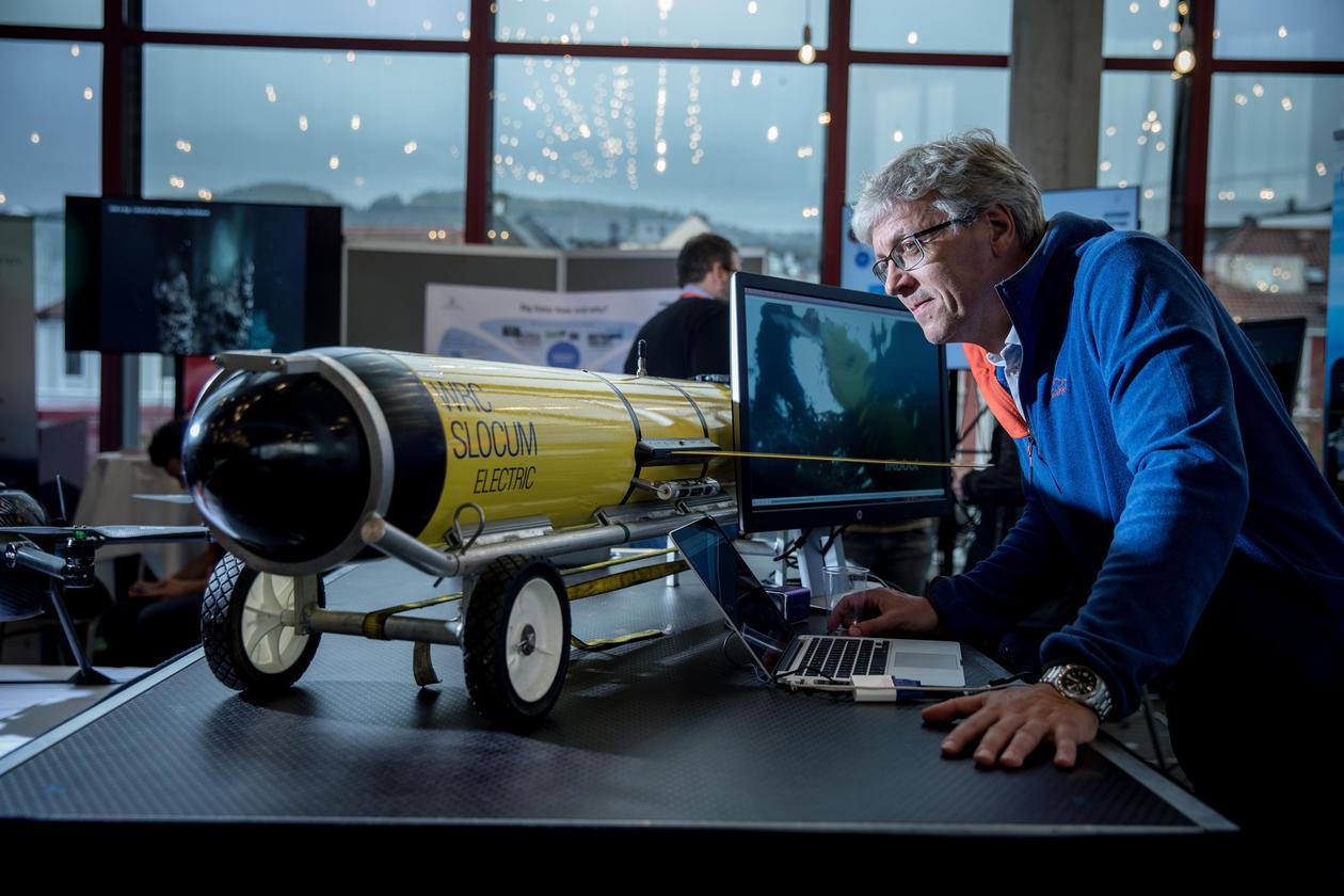 Senioringeniør Idar Hessevik ved Geofysisk institutt sammen med en glider – undersjøiske droner til bruk i datainnsamling.