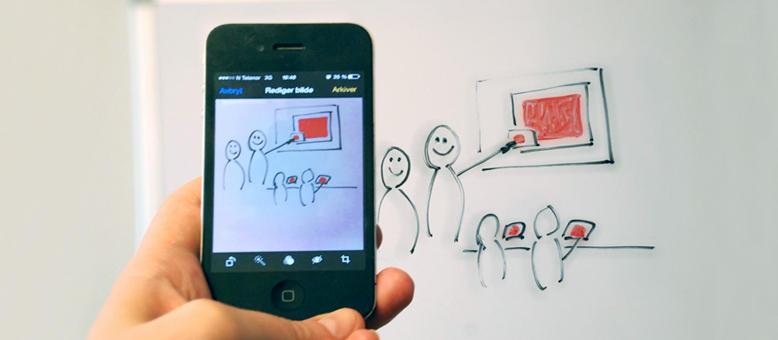 Illustrasjonsfoto: Et mobilkamera fotograferer tegninger på en tavle