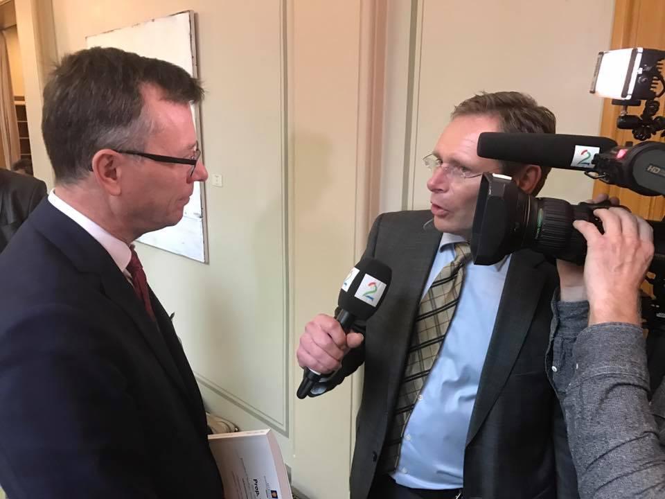 Rektor Dag Rune Olsen blir intervjuet om statsbudsjettet.