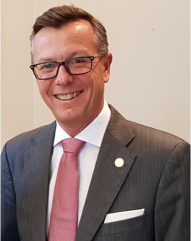 portrett av rektor Dag Rune Olsen med det nye rosa UiB slipset