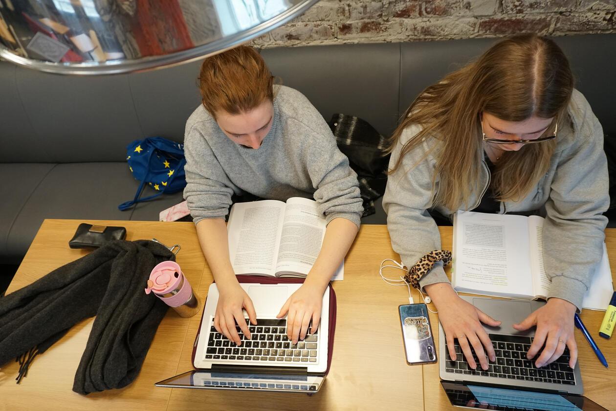 studenter arbeider med masteroppgaven