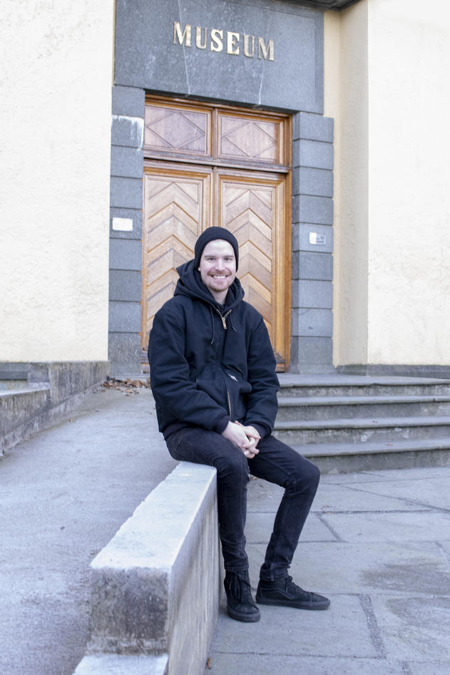 Bilde av arkeolog William Deck foran universitetsmuseet.