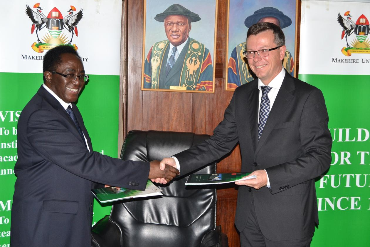 Makerere Universitys Vice-Chancellor John Ddumba-Ssentamu og UiBs rektor Dag Rune Olsen blide og fornøyde etter å ha signert en ny tiårig rammeavtale mellom de to universitetene 30. september 2014 i Kampala, Uganda.