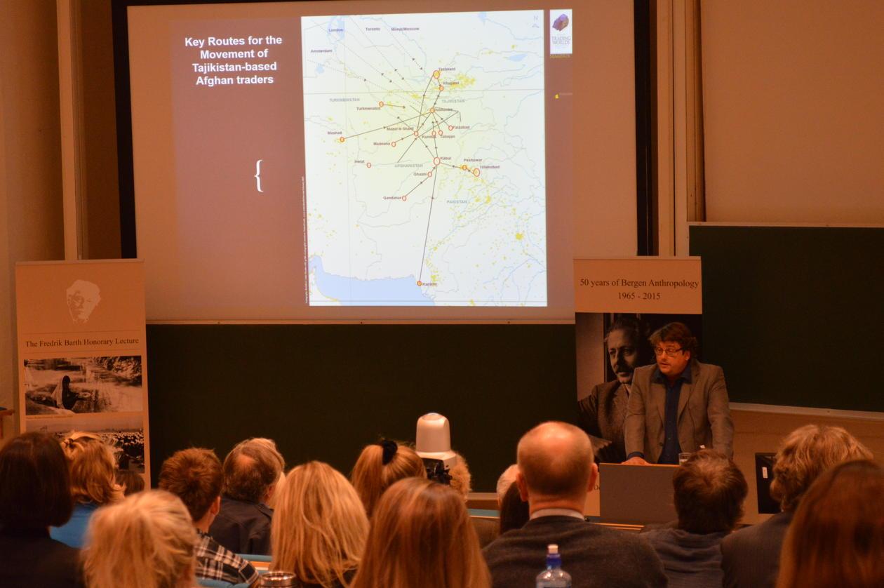 Foredragsholder Magnus Marsden viser afghanske handelsmenns nøkkelruter