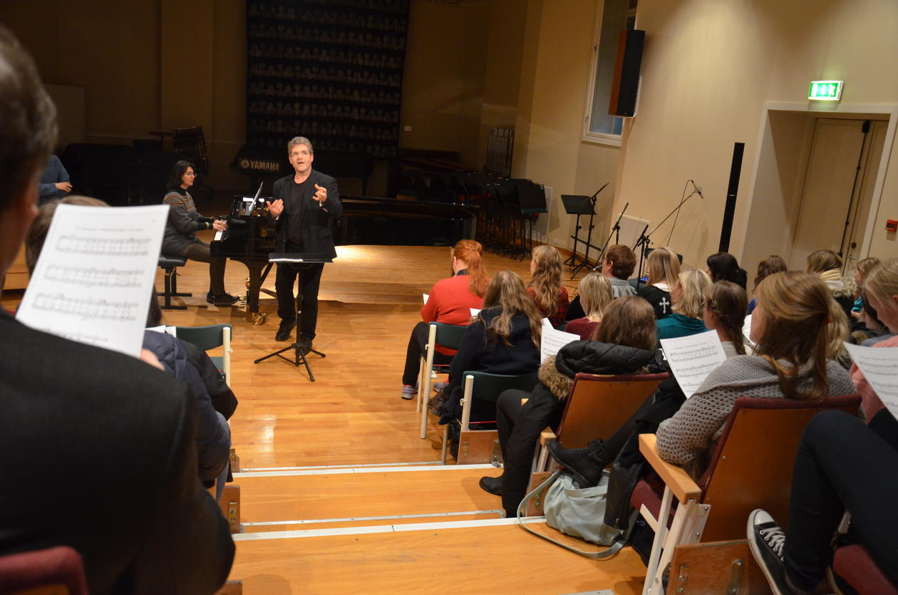 """All visitors contibuted in singing Edvard Griegs """"Pinsesalem"""", conducted by teacher Helge Haukås."""