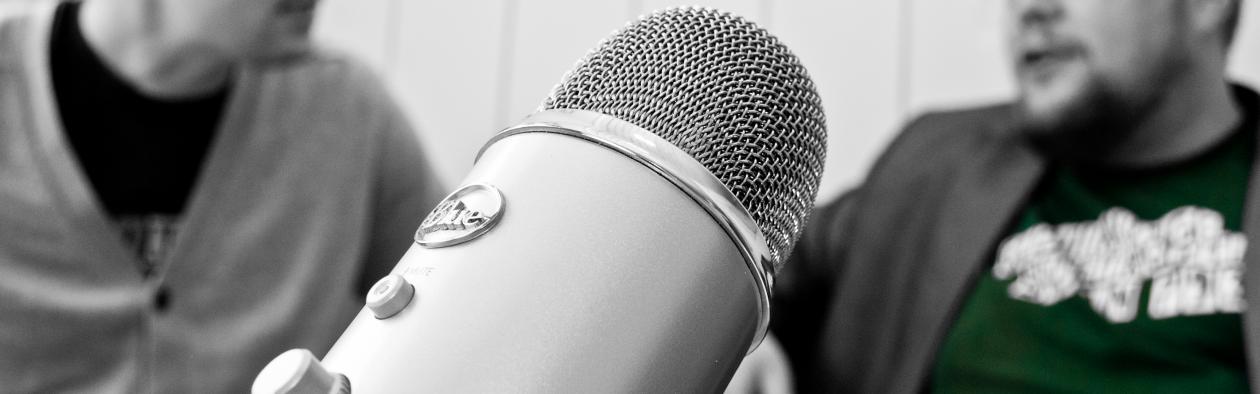 Mikrofon med personar i bakgrunnen