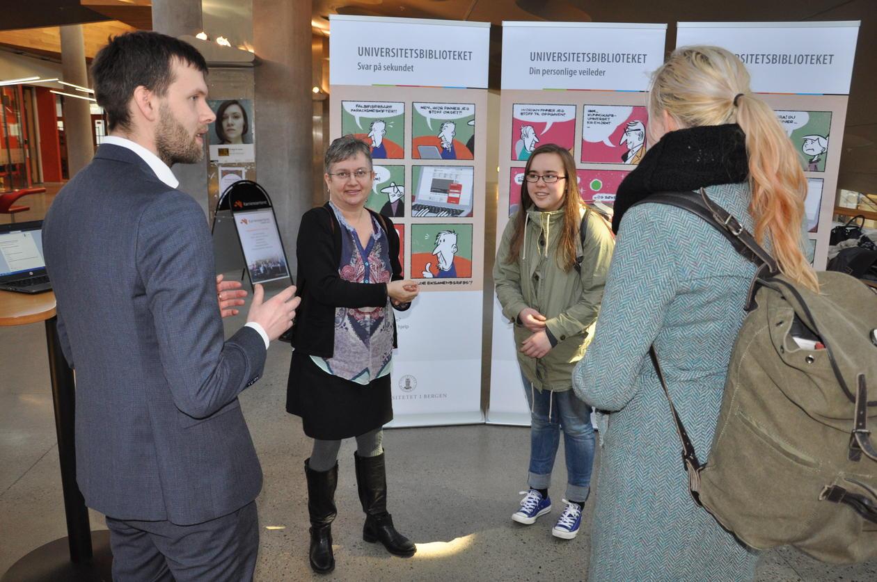 Biblioteksdirektør Ane Landøy og Avdelingsleder Paul Simon Svanberg forklarer Oria til studenter.