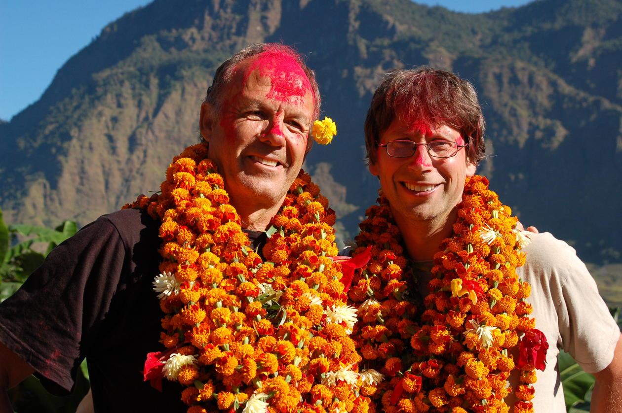 Frode Storaas og Nils Anfinset i feiring etter opptak av filmen Tama Gaun - the Copper Village i den nepalske landsbyen Okharbot