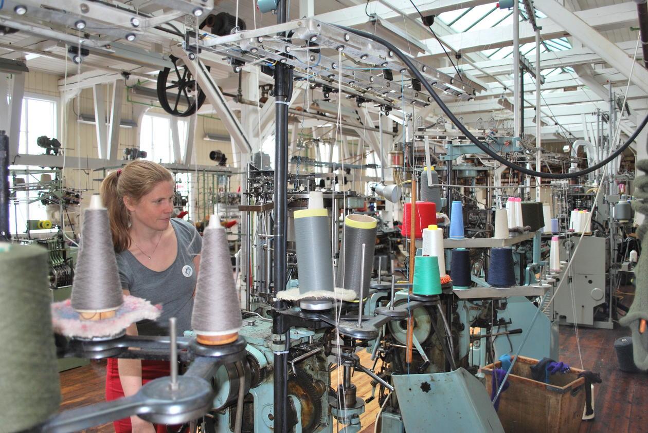 Haugrønning demonstrerer hvordan de gamle tekstilmaskinene fremdeles fungerer. De nyttes til å lage utvalgte tekstilprodukter som selges i museets gavebutikk.