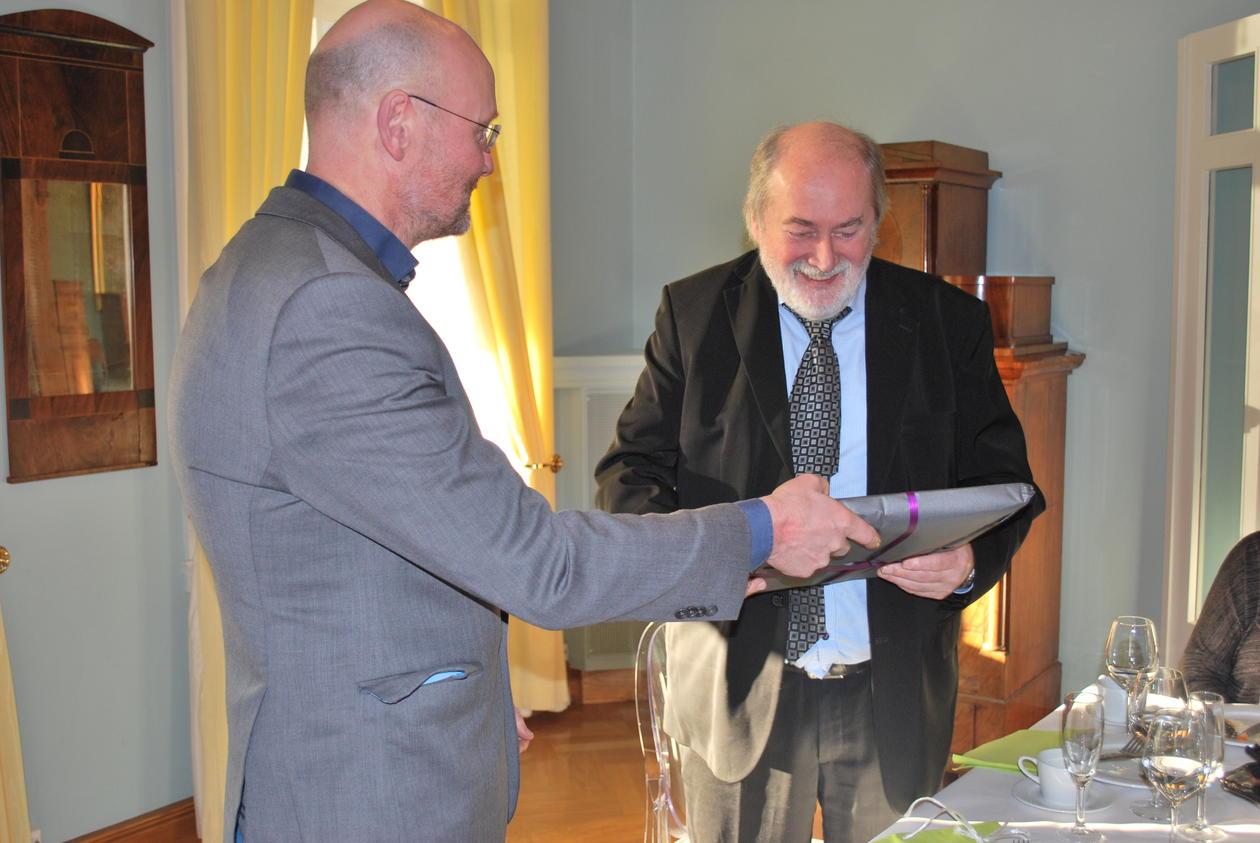 Instituttleder ved AHKR, Jan Heiret, hadde også med gave til Bjørkelo.