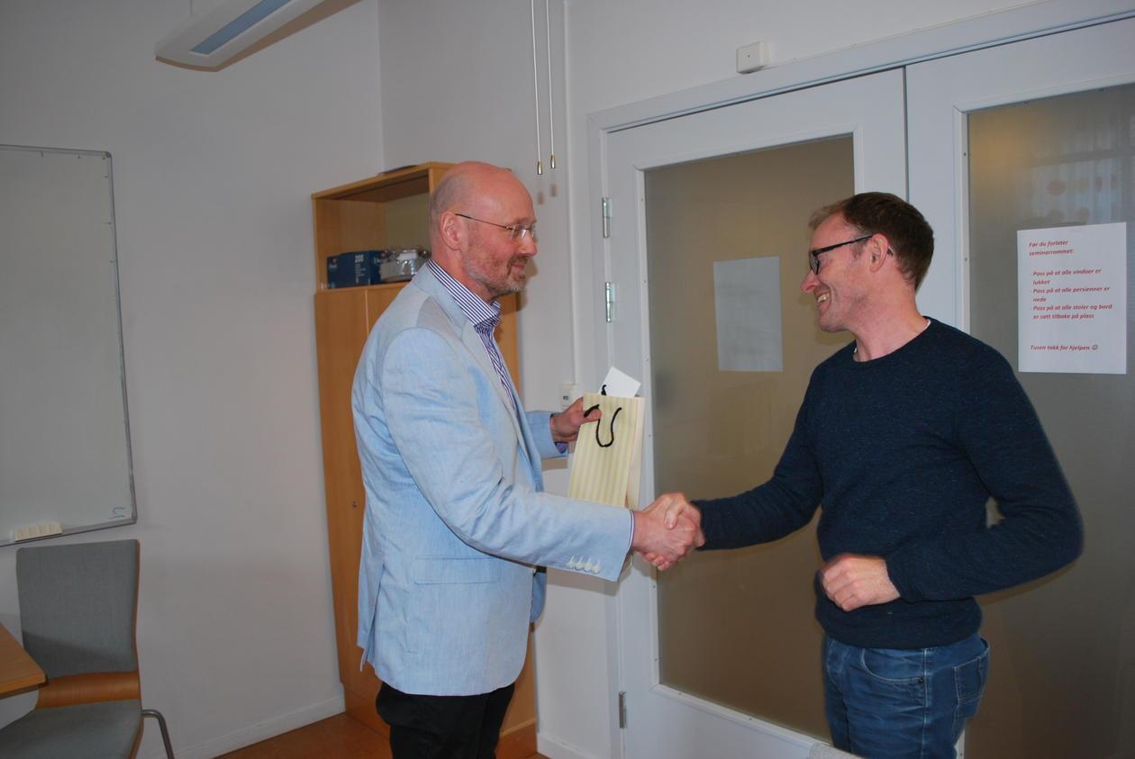 Svein Atle Skålevåg, t.h., ble hedret for sin Bragepris-nomerte bok «Utilregnelighet - En historie om rett og medisin.»