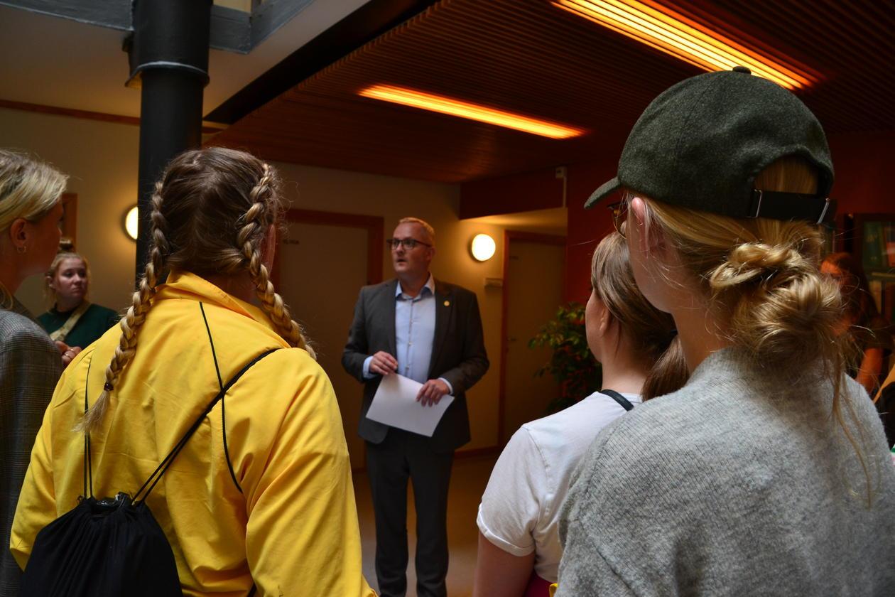Studenter ønskes velkommen av instituttleder Jan Oskar Engene