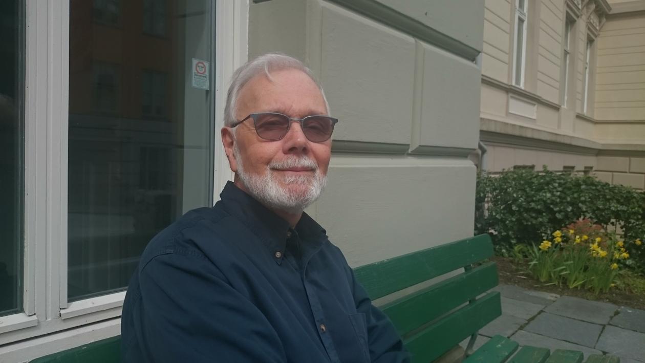 Tom Leschine outside the Dep. of Comparative Politics