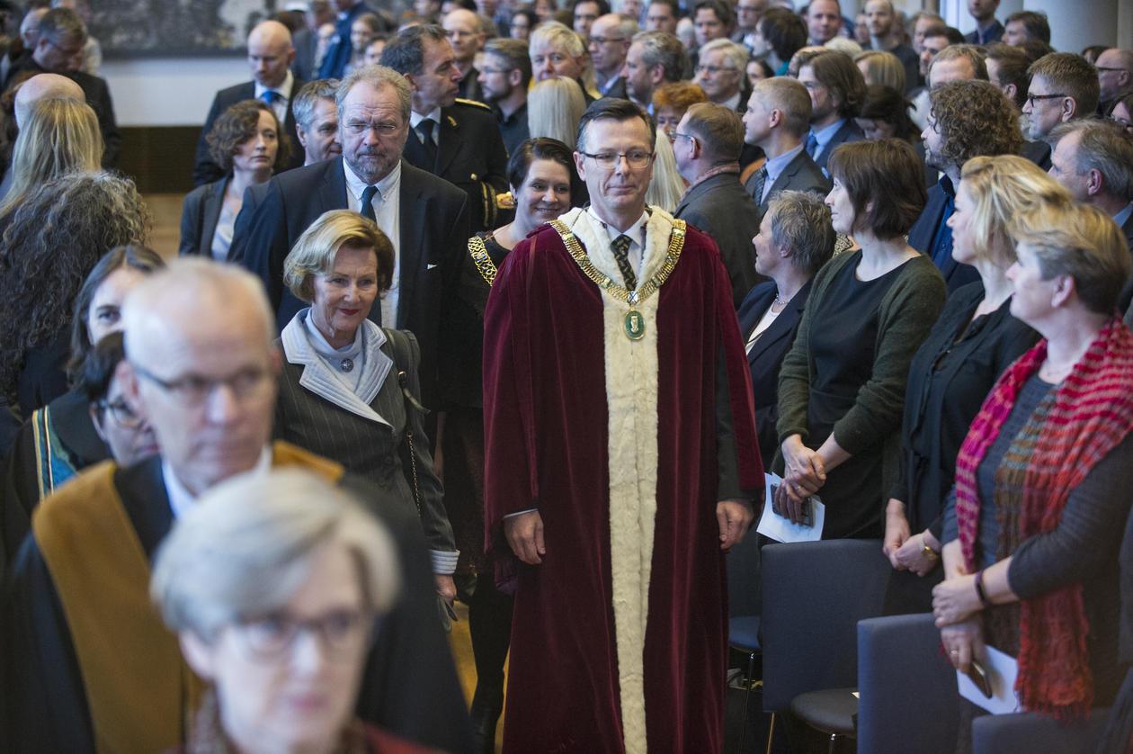 H. M. Dronning Sonja og rektor Dag Rune Olsen.