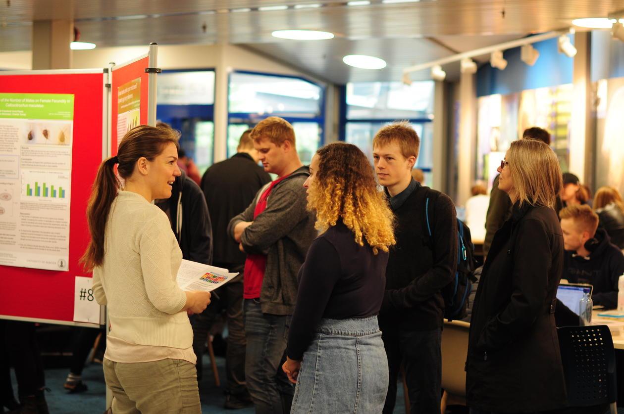 Studenter i diskusjon