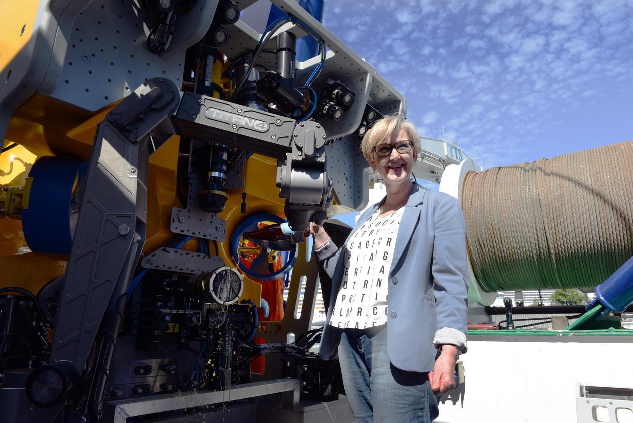 Anne Lise Fimreite foran ROV-en som hun er gudmor for.