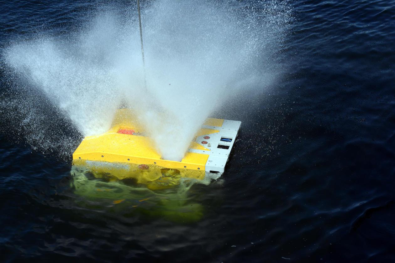 ROV bryter vannflaten og spruter ut en fontene av vann.