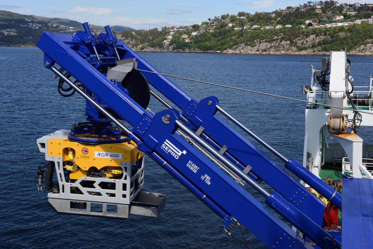 ROV fires ned i fjorden fra forskningsfartøy