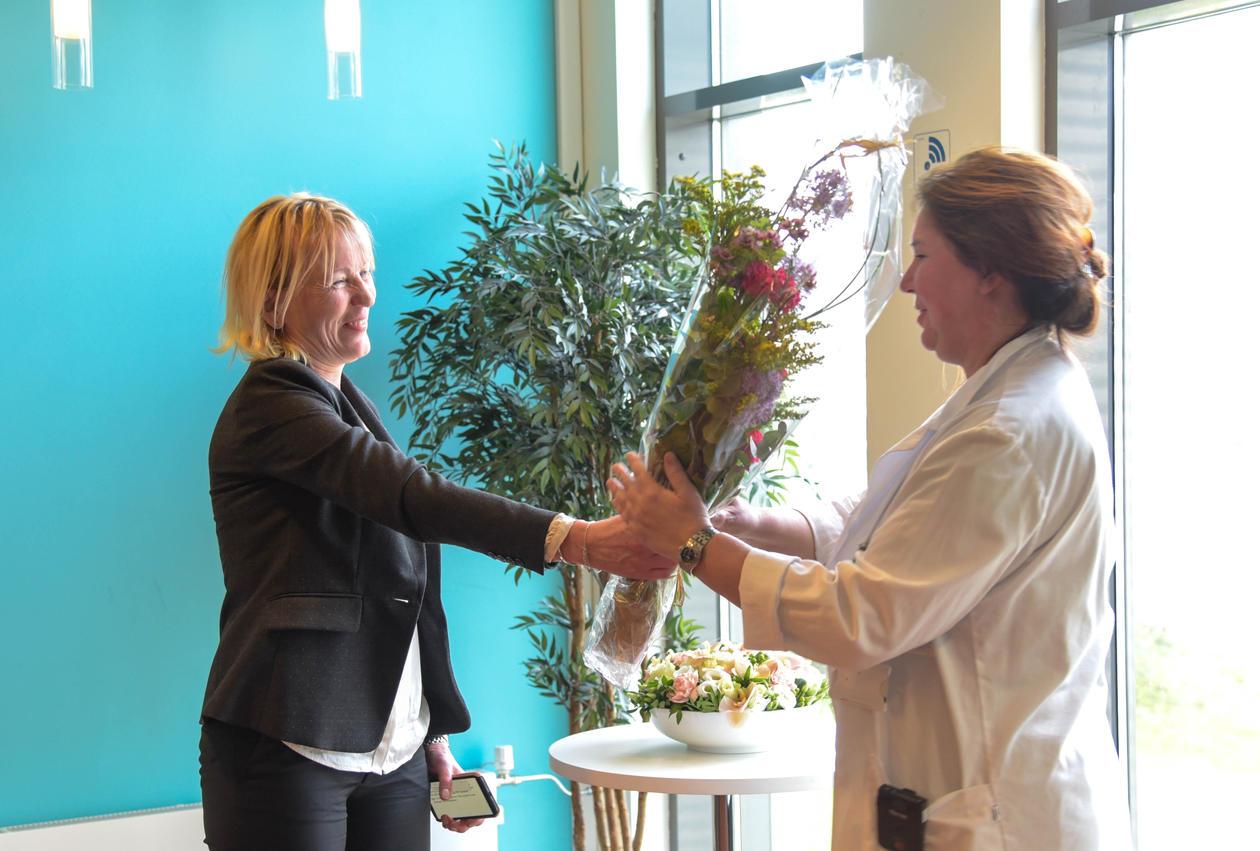 Margareth Hagen overrekker blomster